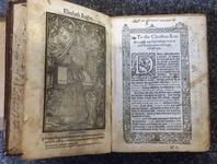 Full-page woodcut of Elizabeth I kneeling on a prie-dieu